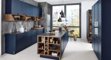 Super moderna kuhinja v eksotični modri barvi in odprtimi regali, ki vas bo očarala