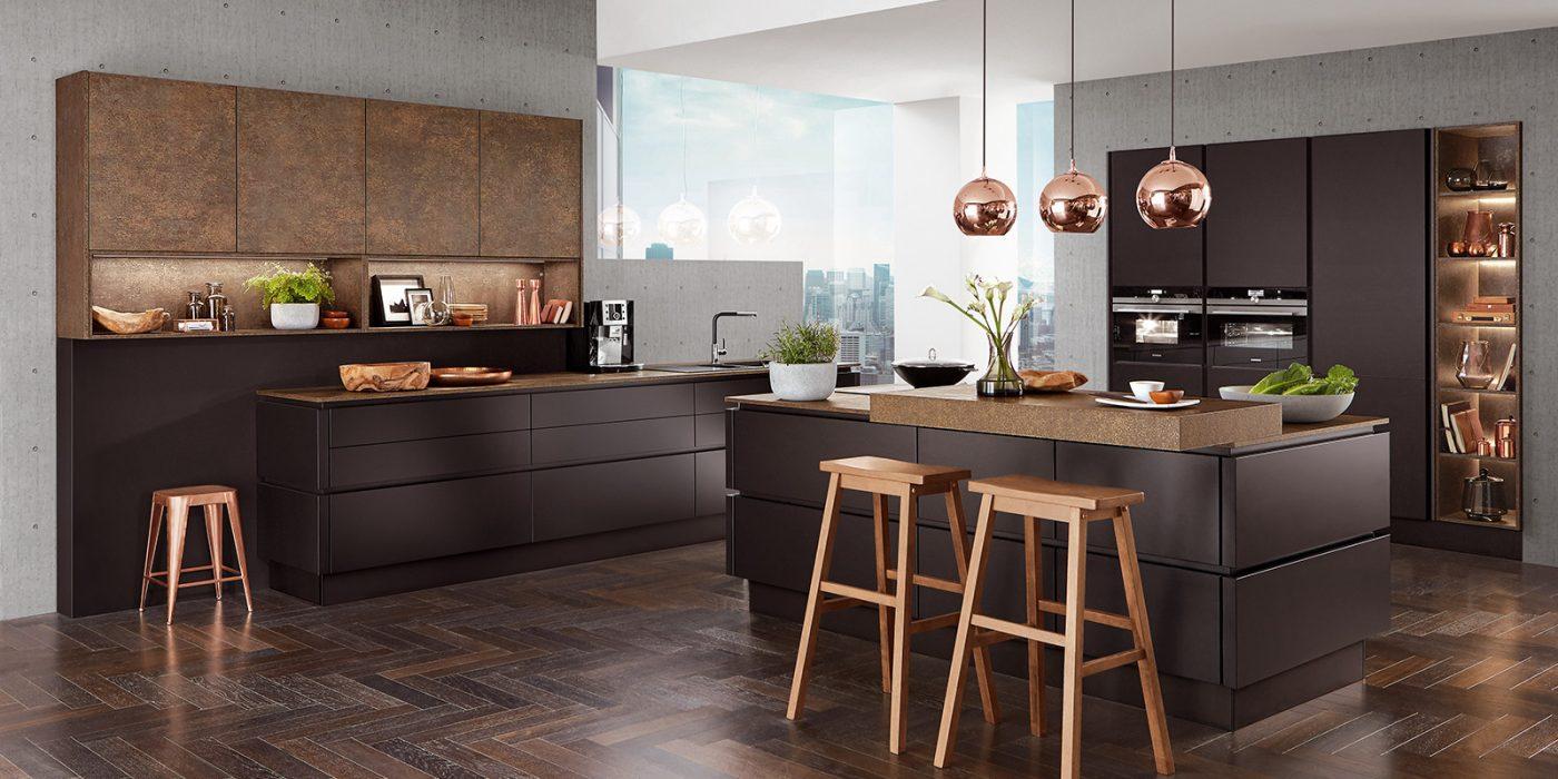 Moderna kuhinja, ki očara z mat črnimi frontami