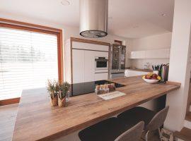 Podaljšan šank pult v kuhinji