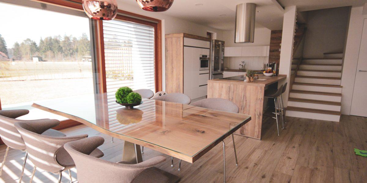 klasična kuhinja- lesene in bele fronte (1)