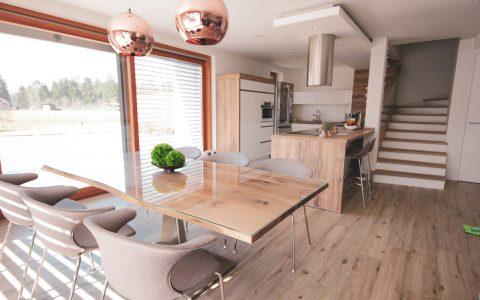 klasična kuhinja- lesene in bele fronte (2)