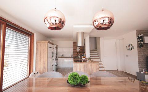 klasična kuhinja- lesene in bele fronte (3)