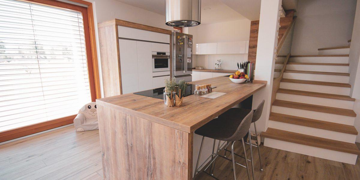 klasična kuhinja- lesene in bele fronte (5)