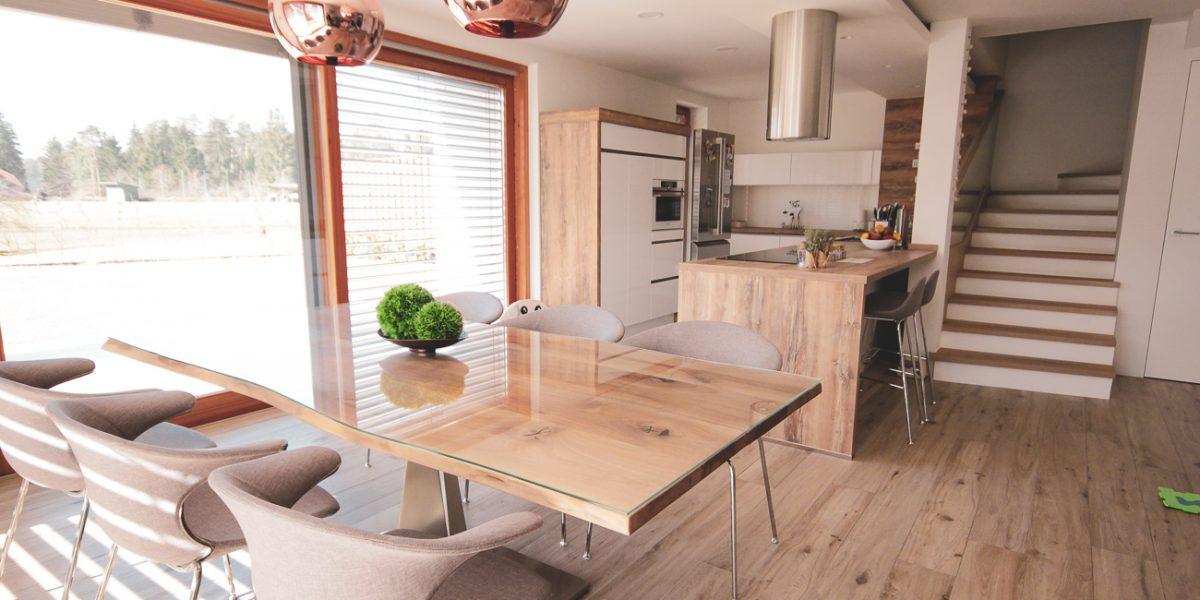 klasična kuhinja- lesene in bele fronte (9)