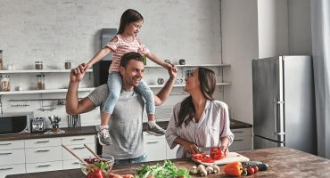 družina-v-kuhinji