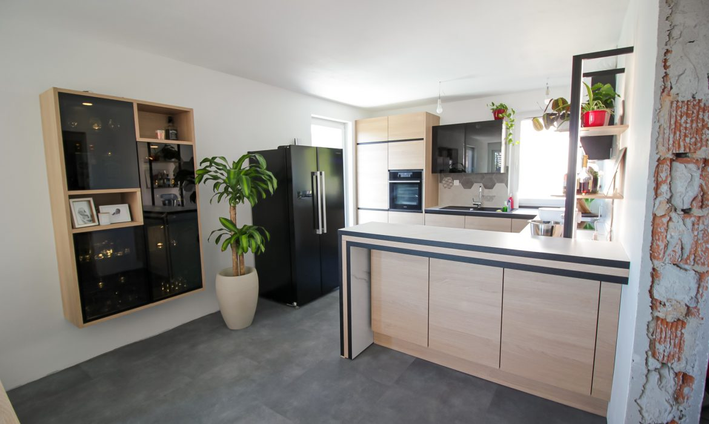 Lesena-kuhinja-moderna