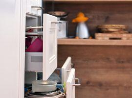 izvlecni-rustikalni-predali-v-kuhinji