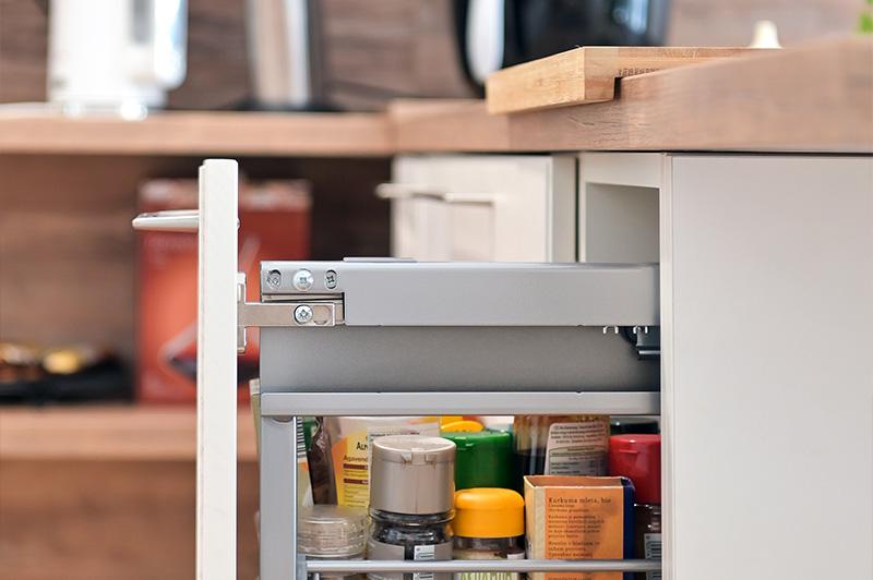 shranjevalni-prostor-v-rustikalni-kuhinji