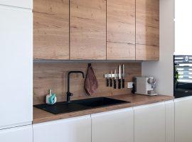petrina-kuhinja-kombinacija-lesa-in-bele-barve